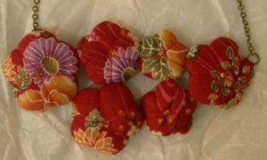 collana di fiori in stoffa