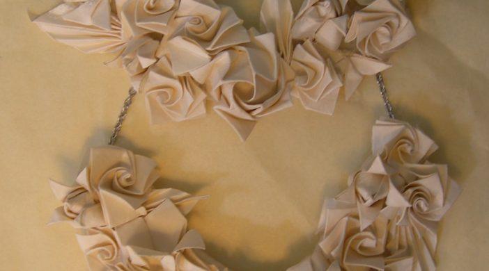 collana di fiori in carta